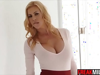 Sexy MILF likes to fuck and squirt before get cum from people
